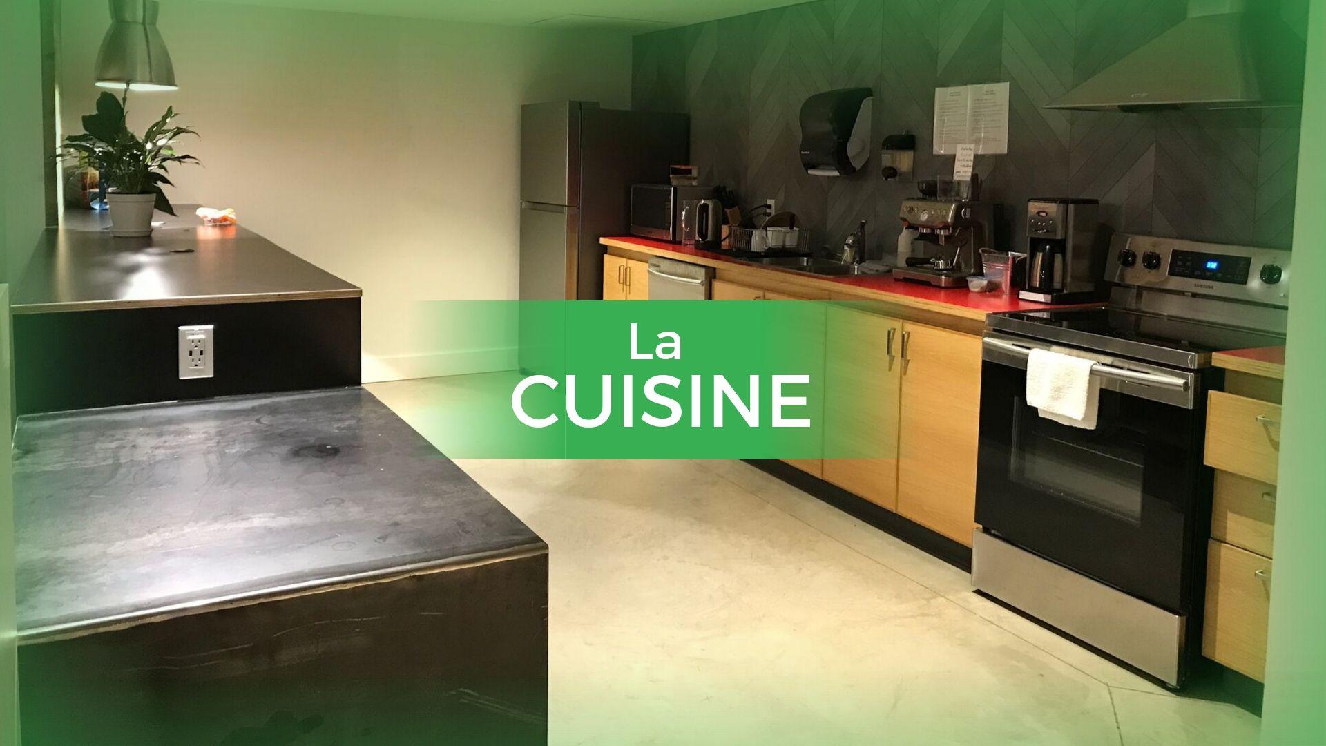 Cuisine (Microondes; cuisinière; bouilloire; assiettes; évier; lave-vaisselle)